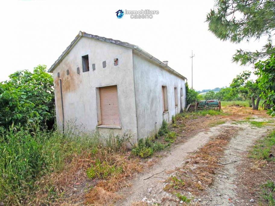 Country house with 20.000 square meters of land for sale in the Molise region