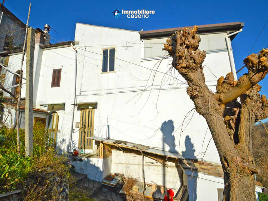 Stone house with garage and land for sale in Abruzzo, Italy