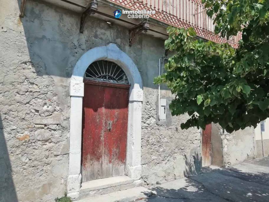 Village house with ancient entrance door and garden for sale in the Abruzzo region