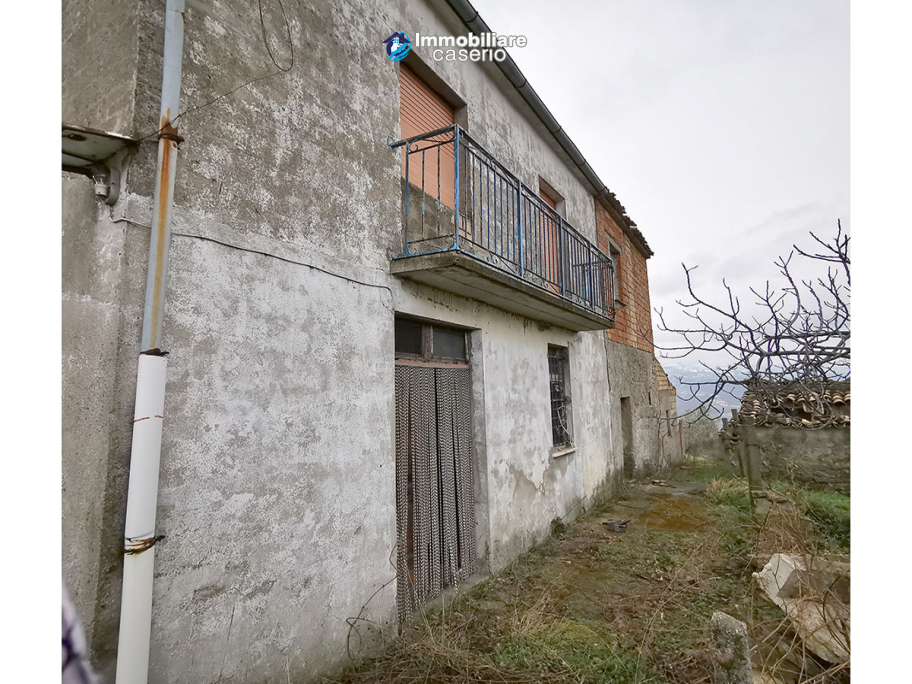 Country house with outbuildings for sale in Guilmi countryside, on the Abruzzo hills