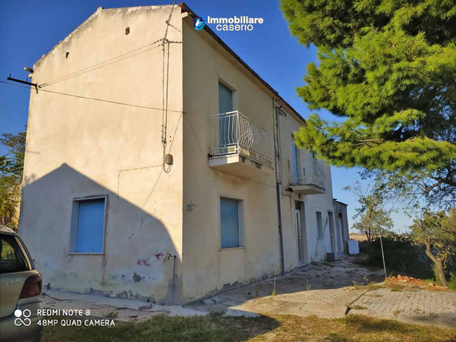 Country house in good condition with land and sea view for sale in Abruzzo, Italy