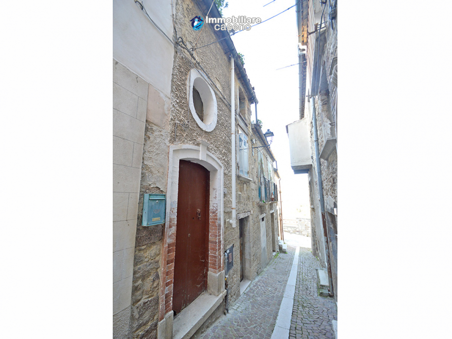 Ancient and spacious stone house with cellar for sale near the castle, Molise