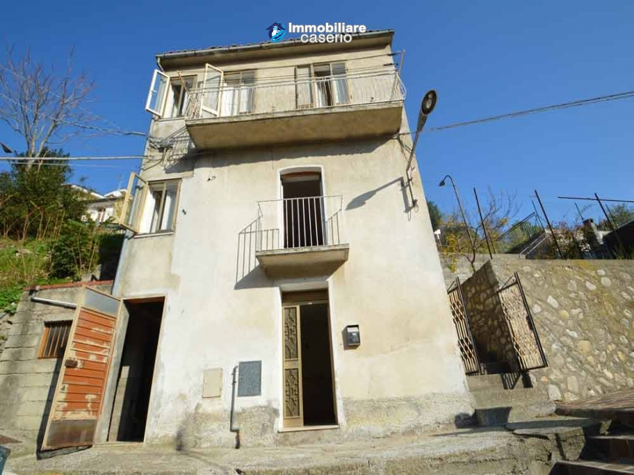 Habitable house with garden for sale in San Buono, Abruzzo, Property in Italy