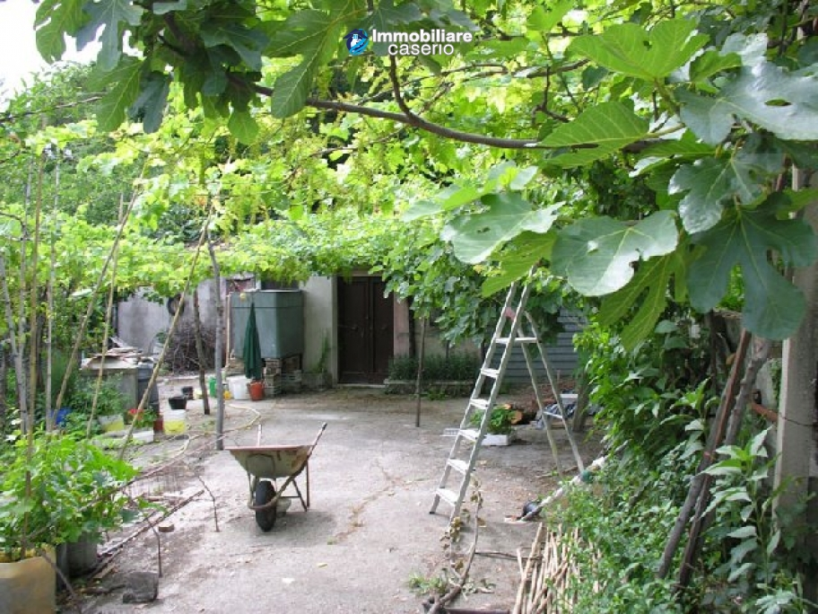 House to renovate with enchating garden in Abruzzo, Italy