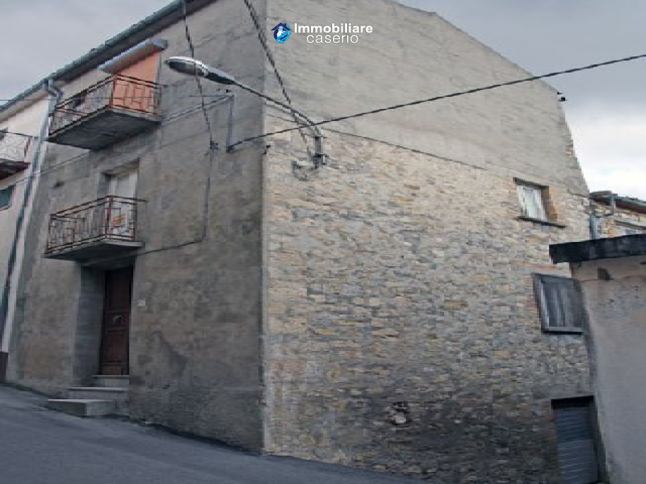 Town house on three levels located in Guilmi, Chieti, Abruzzo