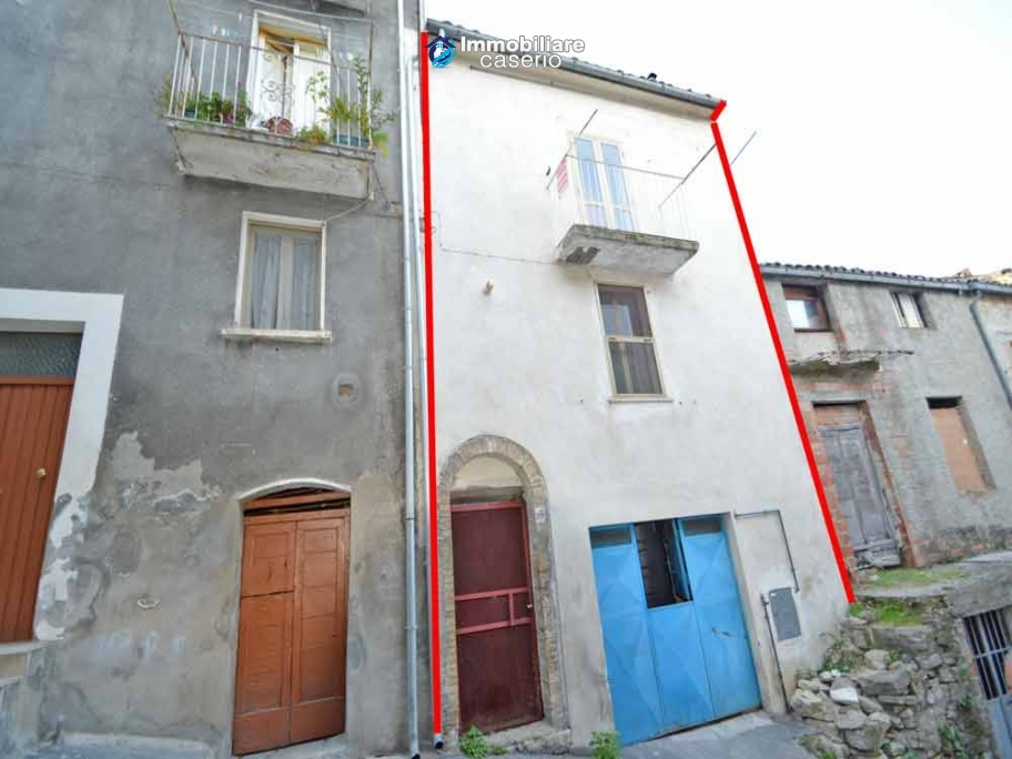 Habitable town house with garage for sale in San Buono, Abruzzo, Italy
