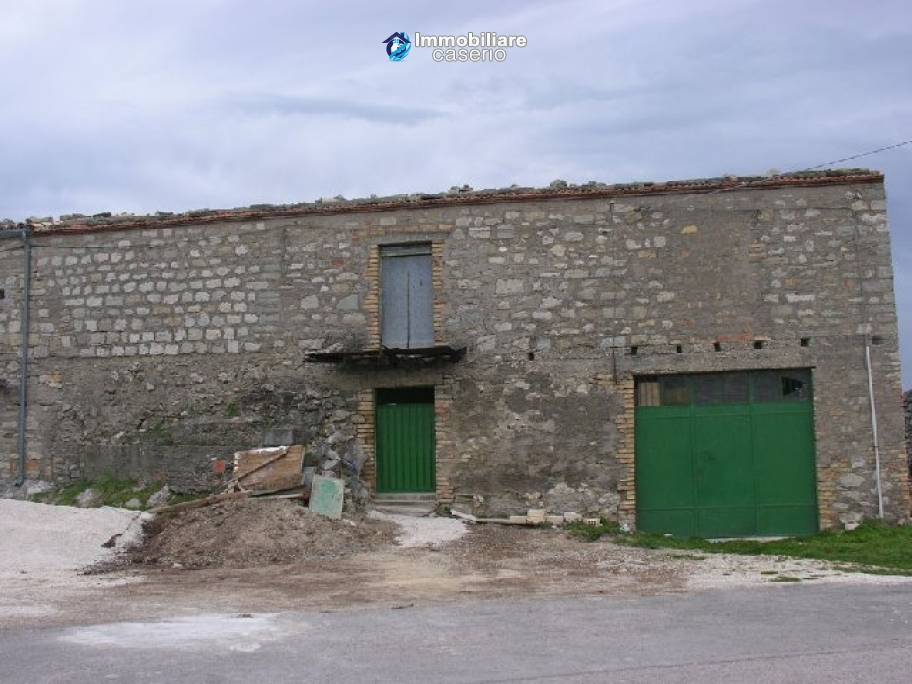Stone building on two levels for sale in Abruzzo