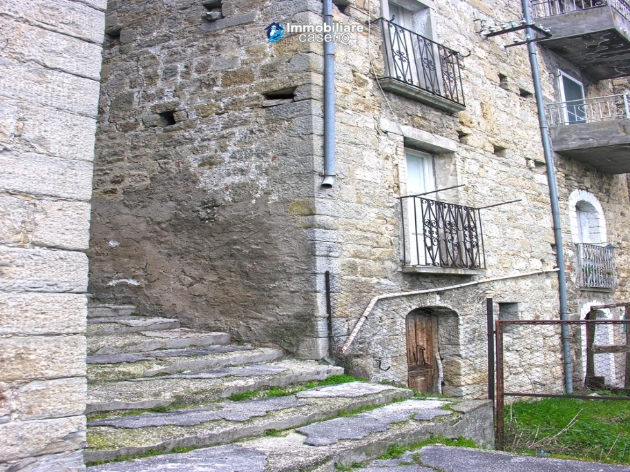 Stone house with garden for sale in Montazzoli