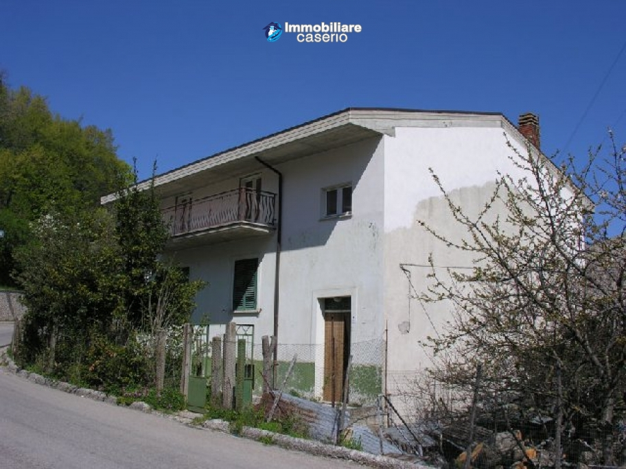 Town house with three indipendent apartments for sale in Abruzzo