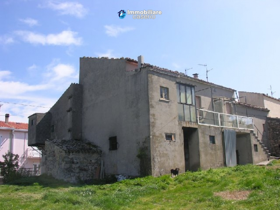 Habitable house with land, garden and terrace for sale in Tornareccio, Abruzzo