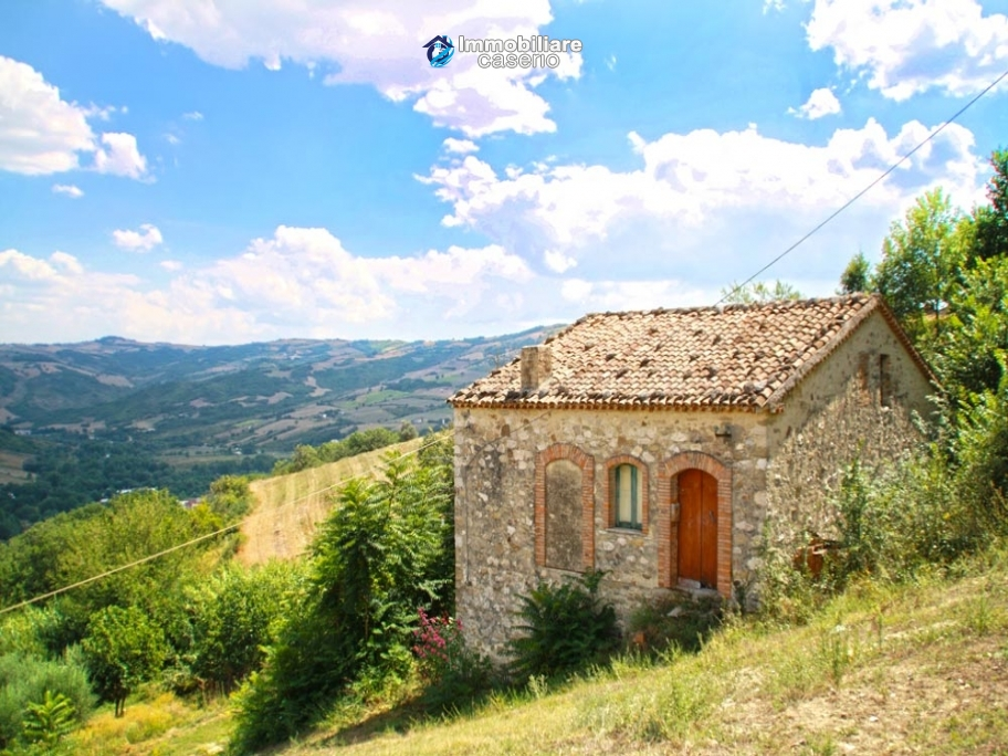 Stone country house with land for sale in molise italy for Italian country homes